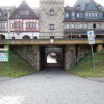 Stadtmauer mit Bahntrasse